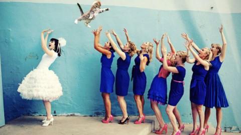 Фотолист № 4: невеста бросает подружкам вместо букета котика