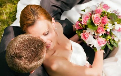zhenih-darit-neveste-buket-tsvetov-480x300 Выкуп невесты: подробное описание обычая