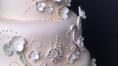 Форма круга, белый цвет – особенности свадебного торта.Как выбрать свадебные торты.