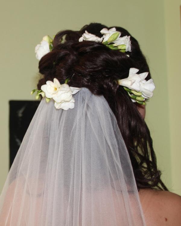 Freziya-dlya-pricheski-nevesty Советы по выбору живых цветов для свадебной прически