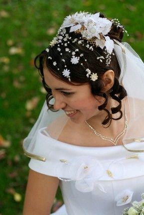 S-dlinnoj-fatoj-horosho-sochetaetsya-venok-iz-tsvetov Какую свадебную прическу выбрать для брюнетки?