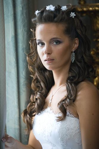 cvetnie-sekreti-kak-podobrat-svadebnyyu-prichesky-k-ottenky-volos- Какую свадебную прическу выбрать для брюнетки?