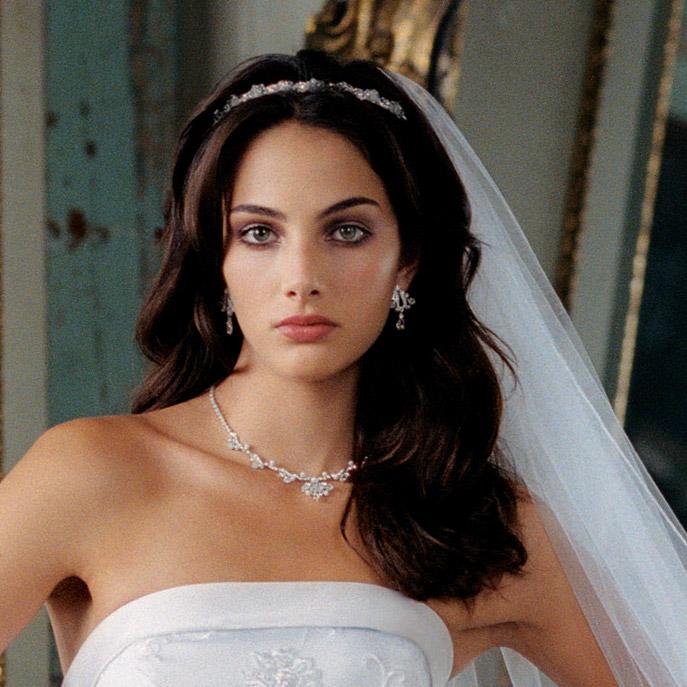 diadema-kak-ukrashenie-pricheski-nevesty Какую свадебную прическу выбрать для брюнетки?