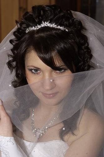 svadebnaya-pricheska-s-chelkoj Какую свадебную прическу выбрать для брюнетки?