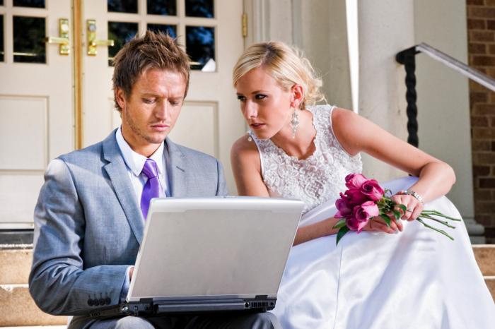 zhenih-i-nevesta-s-kompom Создать свой свадебный сайт и пригласить друзей