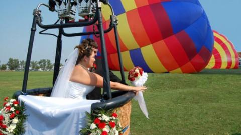 Молодожены  поднялись на воздушном шаре