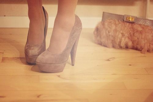 bezhevye-barhatnye-tufli-na-svadbu Модные тренды последних сезонов: обувь для невесты