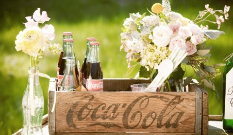 Винтажная свадьба в оформлении которой ведущую роль занимают бутылочки Кока-Колы