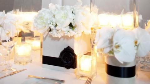 Официально и довольно строгое оформление свадьбы в белом цвете с использованием черного декора