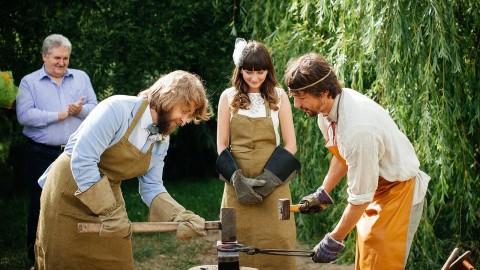 Новые свадебные традиции 2015: Свадебный кузнец и Подкова семейного счастья