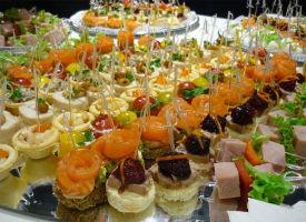 Канапе для свадьбы, как правильно использовать такой интересный и разнообразный вариант закуски в свадебном меню.