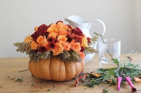 Декор для осенней свадьбы: ваза с яркими цветами из тыквы