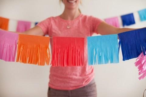 Делаем сами яркую гирлянду из гофробумаги для декора свадьбы или девичника
