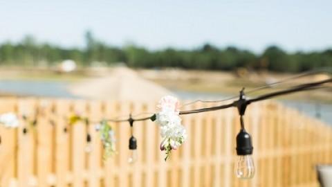 Из живых цветов делаем гирлянду для выездной свадебной церемонии