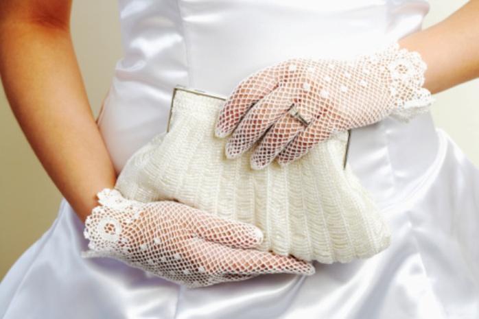 perchatki-na-svadbu-korotkie Какие бывают свадебные аксессуары для невесты