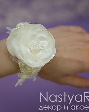 Atlasnyj-braslet-quotMarkizaquot-549-6-300x375 Какие бывают свадебные аксессуары для невесты
