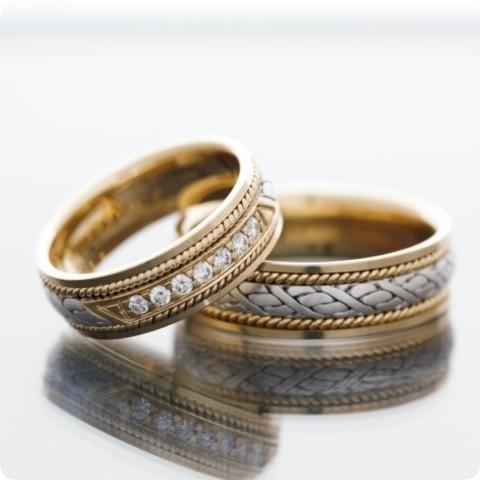 Муж не носит кольцо?