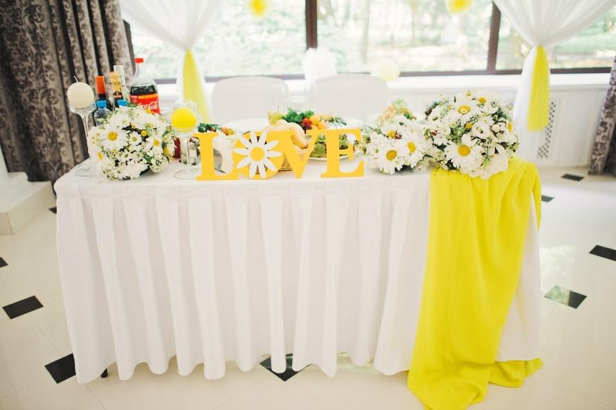 ukrashenie-stola-zheniha-i-nevesty-v-romashkovom-stile Ромашковая свадьба - один из вариантов оформления свадьбы в цветочно-ромашковом стиле