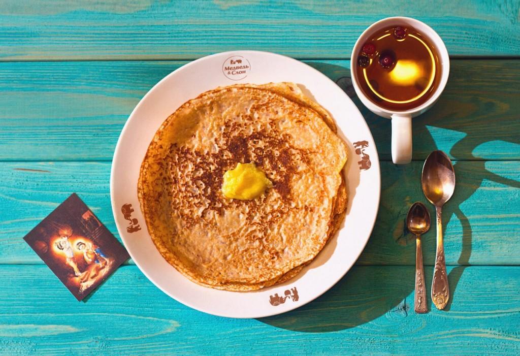 blin-s-maslom-ghi-1024x701 Топленое масло гхи: очень вкусный комплимент для гостей
